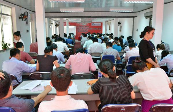 Các thí sinh làm bài dự thi