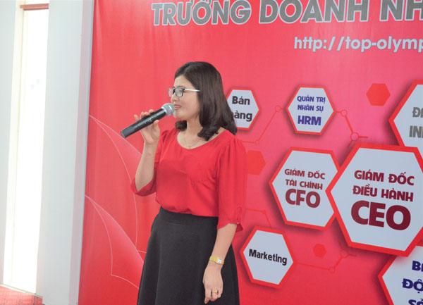 Bà Nguyễn Thị Huê phát biểu Bế giảng khoá học