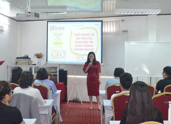 Bà Nguyễn Thị Huê phát biểu khai giảng