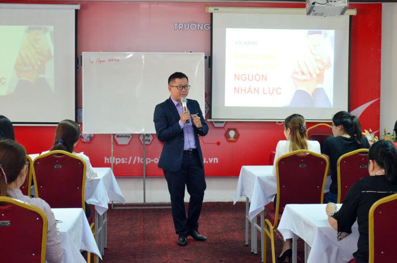 """ThS. Lê Cảnh Phúc đã mở đầu chương trình đào tạo với chuyên đề """"Xây dựng chiến lược nguồn nhân lực"""""""