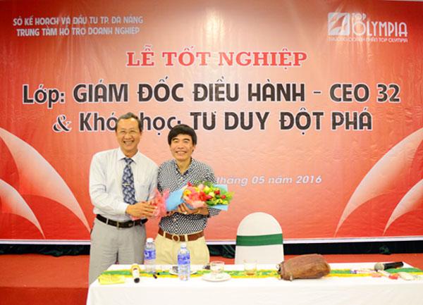 Ông Hồ Thanh Hải - Lớp trưởng CEO 32 trao tặng bó hoa tươi thắm cho thầy