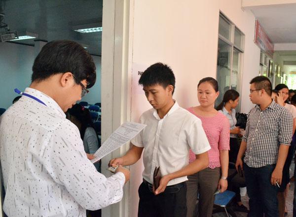 Kiểm tra thông tin thí sinh trước khi vào phòng thi