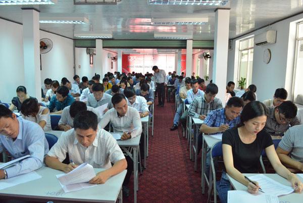 Các thi sinh làm bài dự thi