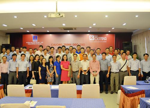 Tiến sĩ Lê Thẩm Dương chụp ảnh lưu niệm cùng học viên
